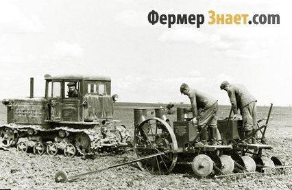 Трактор впахивает землю