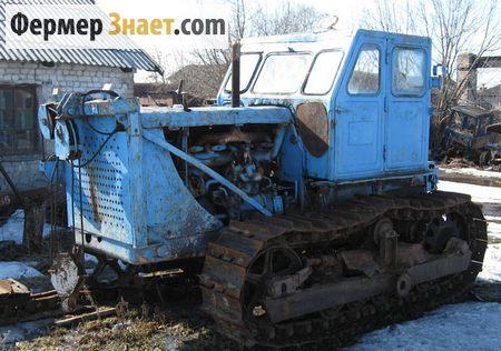 Ьрактор возле тракторного парка