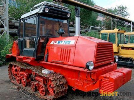 Трактор возле тракторного парка