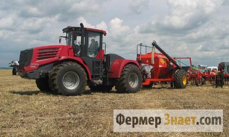 Трактор обрабатывает землю