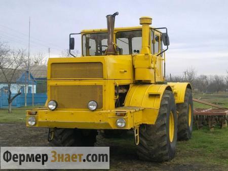 Трактор вспахивает землю