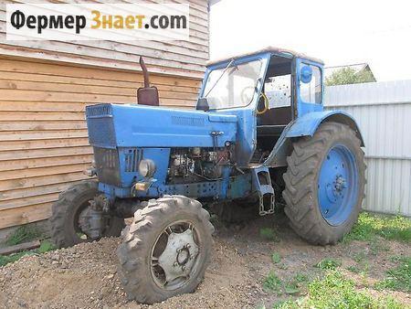 Трактор возле сарая