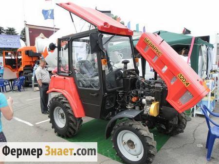 Трактор на выставке техники