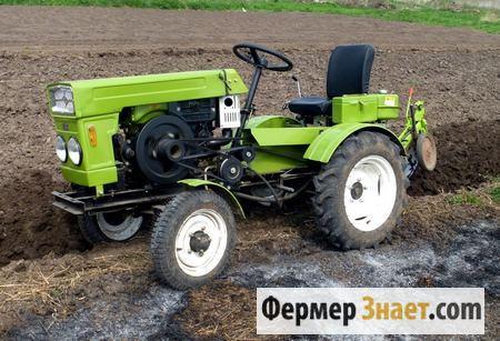 Мини-трактор в поле