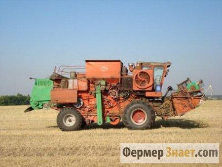 Комбайн молотит пшеницу