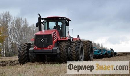 Трактор вспахивает поле