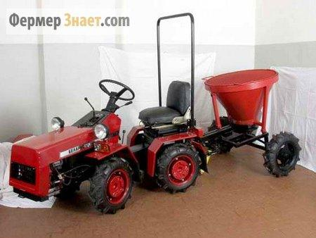 Трактор в гараже