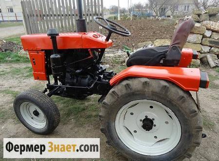 Трактор возле огорода
